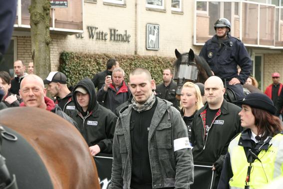 Links met ordedienstband Tomas Boutens op een NVU demonstratie, 2011. Rechtsachter hem met kaal hoofd Rory de Koning